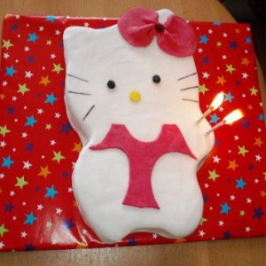 Narodeninová piškótová Kitty torta s kakaovým krémom