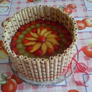 Tortu s trubičkami a ovocím