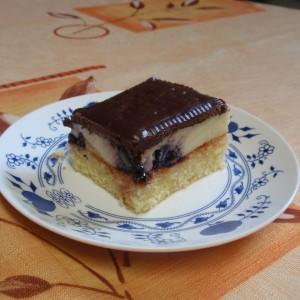 Pudingový koláč s černicami