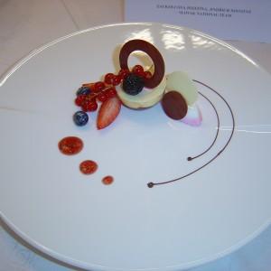 Čokoládová polguľa s vanilkovo jahodovým krémom