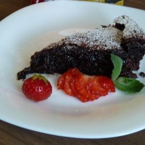 Čokoládový brownie s malinami