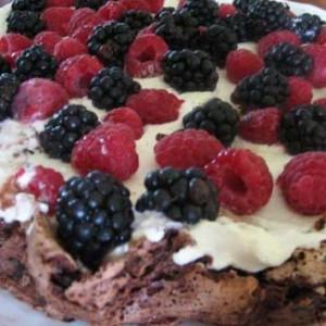 Čokoládová torta s lesným ovocím.