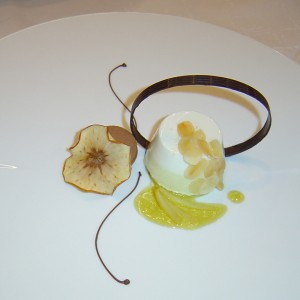 Jablkovo hrušková pena s mandľami a mangovou omáčkou