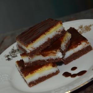 Trojfarebný kokosový koláč